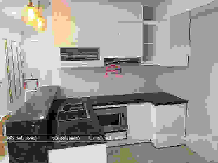 Mẫu thiết kế nhà bếp đẹp sử dụng tủ bếp gỗ MDF lõi xanh sơn trắng nhà chị Nguyệt – D'capitale Nội thất Hpro KitchenCabinets & shelves Gỗ Multicolored
