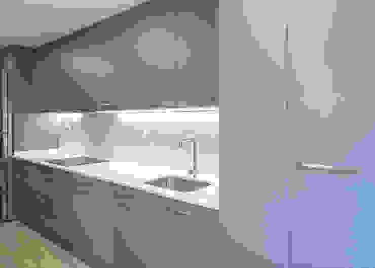 Muebles de cocina de Grupo Inventia Moderno Compuestos de madera y plástico