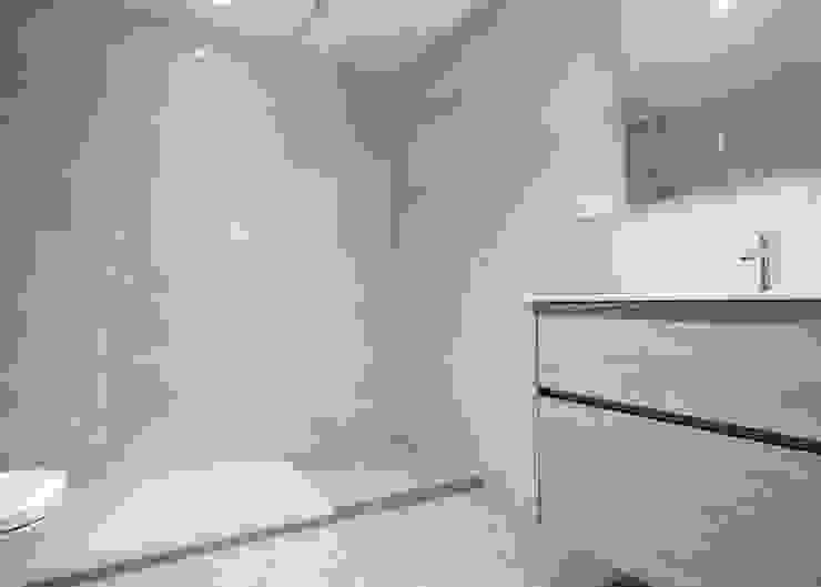 Baño con ducha Baños de estilo moderno de Grupo Inventia Moderno Azulejos