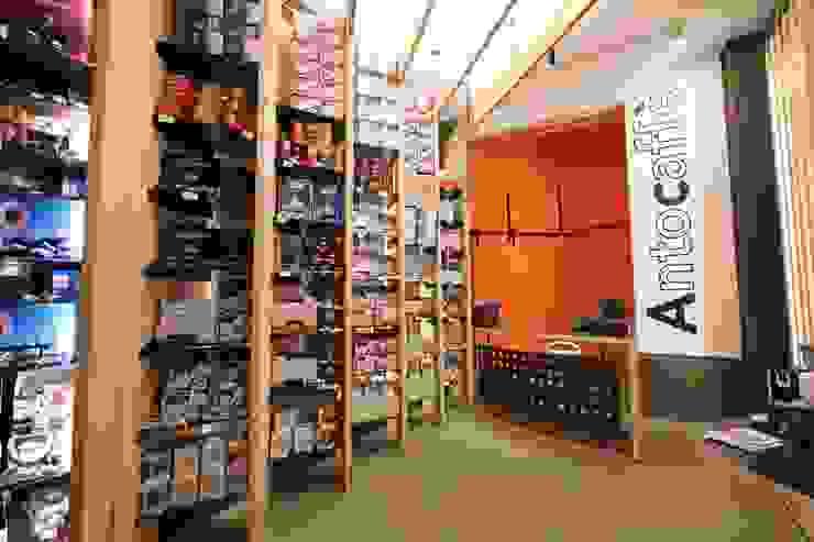 L'esposizione dello shop Gastronomia in stile moderno di ibedi laboratorio di architettura Moderno Cemento