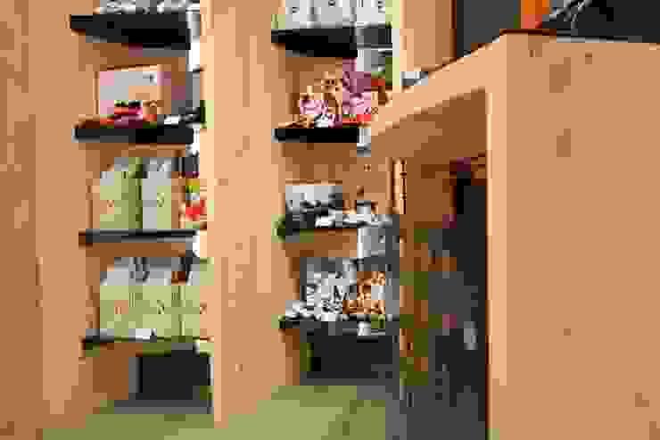 Scaffali e bancone ibedi laboratorio di architettura Spazi commerciali moderni Legno massello Effetto legno