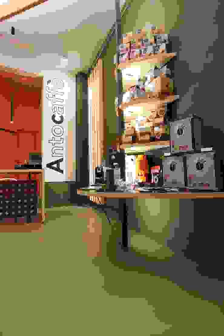 Scaffali espositivi Negozi & Locali commerciali moderni di ibedi laboratorio di architettura Moderno Legno massello Variopinto