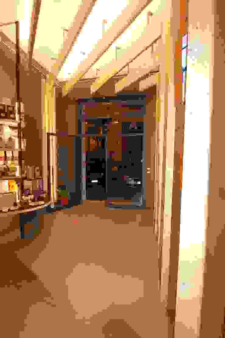 La parte espositiva Negozi & Locali commerciali moderni di ibedi laboratorio di architettura Moderno Cemento
