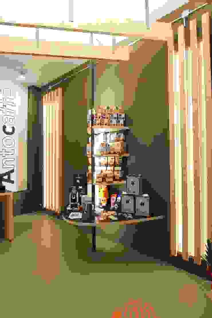 La parte espositiva Negozi & Locali commerciali moderni di ibedi laboratorio di architettura Moderno Legno massello Variopinto