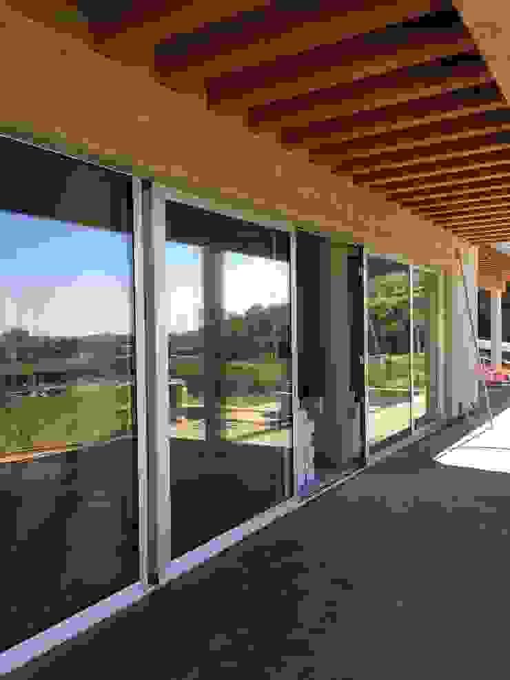 Esterni della casa in contesto agricolo Balcone, Veranda & Terrazza in stile moderno di studiolineacurvarchitetti Moderno