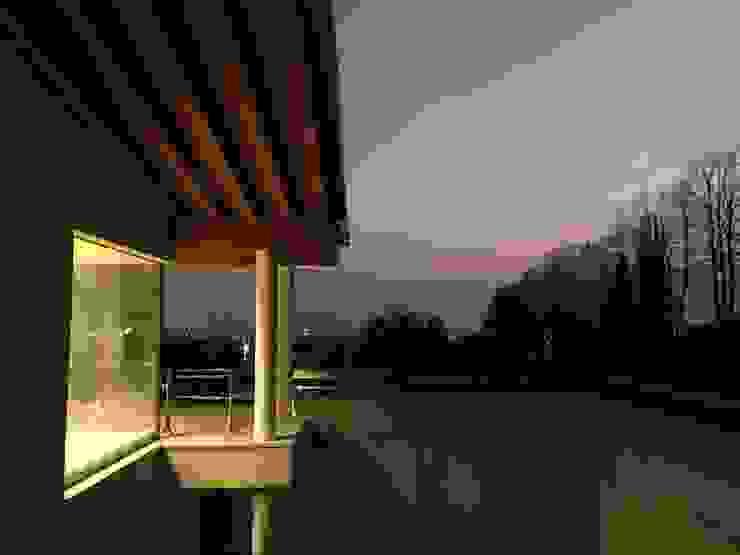 Vista notturna Giardino moderno di studiolineacurvarchitetti Moderno