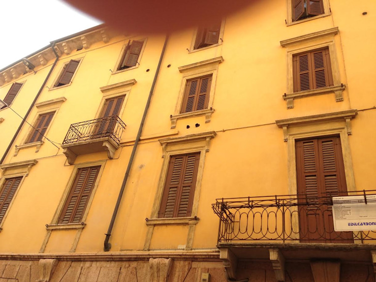 Il palazzo esternamente Case classiche di studiolineacurvarchitetti Classico