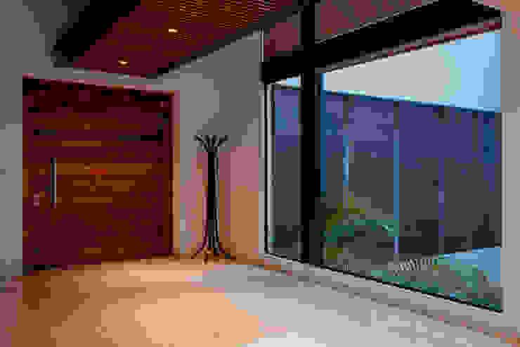 Acceso principal vista interior GRUPO VOLTA Pasillos, vestíbulos y escaleras modernos Mármol Beige