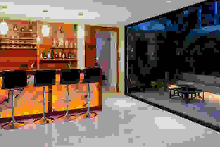 Vista al bar y terraza interior Bodegas modernas de GRUPO VOLTA Moderno Mármol