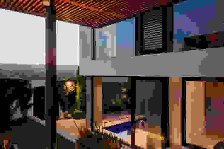 Detalle Terraza y Alberca Balcones y terrazas modernos de GRUPO VOLTA Moderno Madera maciza Multicolor