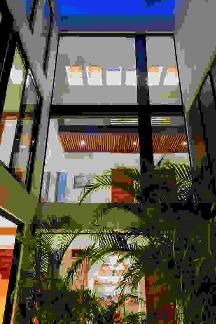 Terraza Interior / Puente. GRUPO VOLTA Balcones y terrazas modernos Hierro/Acero Blanco
