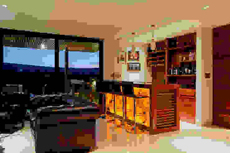 Bar GRUPO VOLTA Bodegas modernas Madera maciza Acabado en madera
