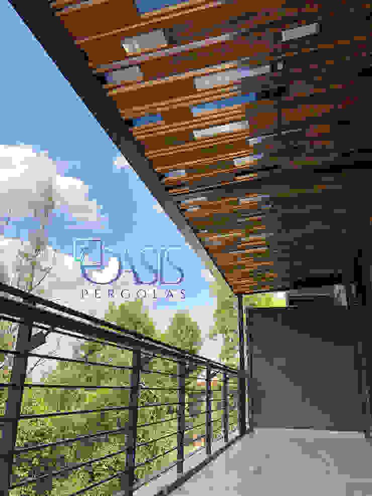 Recupera tus áreas muertas con Oasis Pérgolas y vívelas realmente Oasis Pérgolas Balcones y terrazas de estilo minimalista