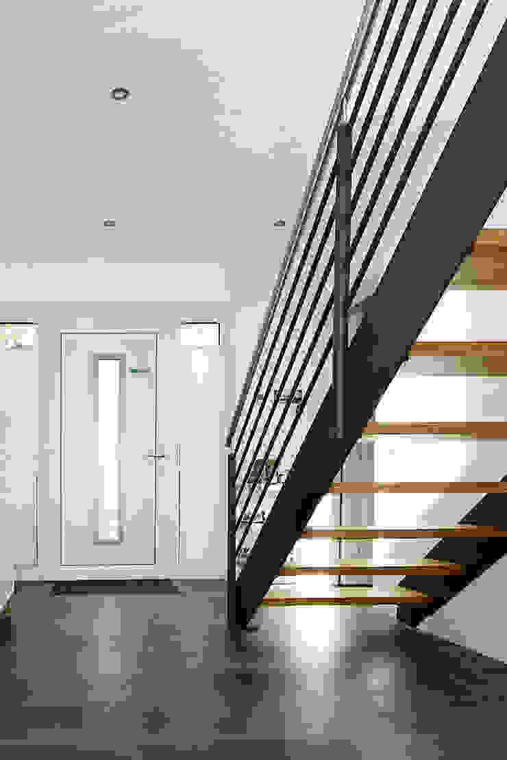 STREGER Massivholztreppen GmbH Modern corridor, hallway & stairs Iron/Steel
