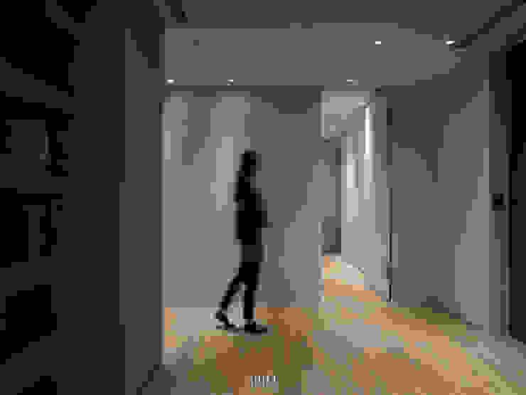 Pasillos, vestíbulos y escaleras de estilo moderno de WID建築室內設計事務所 Architecture & Interior Design Moderno