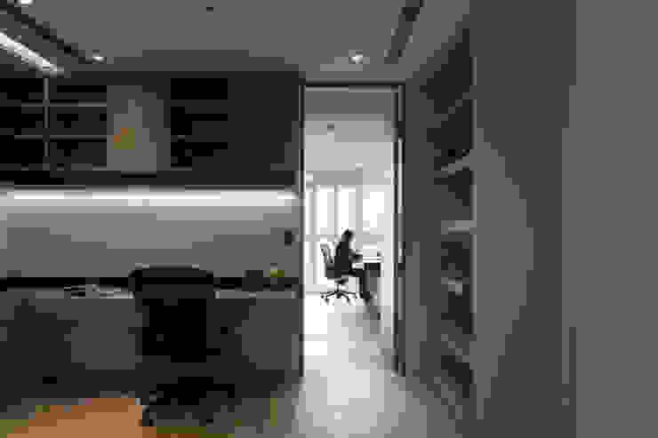 Estudios y despachos de estilo moderno de WID建築室內設計事務所 Architecture & Interior Design Moderno