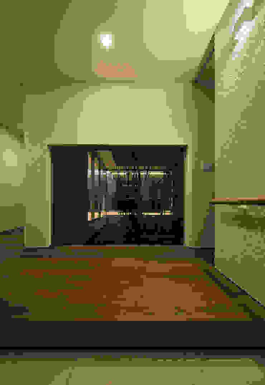 権常寺の家 玄関 モダンスタイルの 玄関&廊下&階段 の Atelier Square モダン 木 木目調