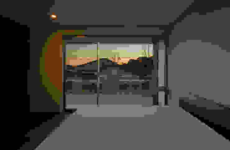 権常寺の家 寝室 モダンスタイルの寝室 の Atelier Square モダン