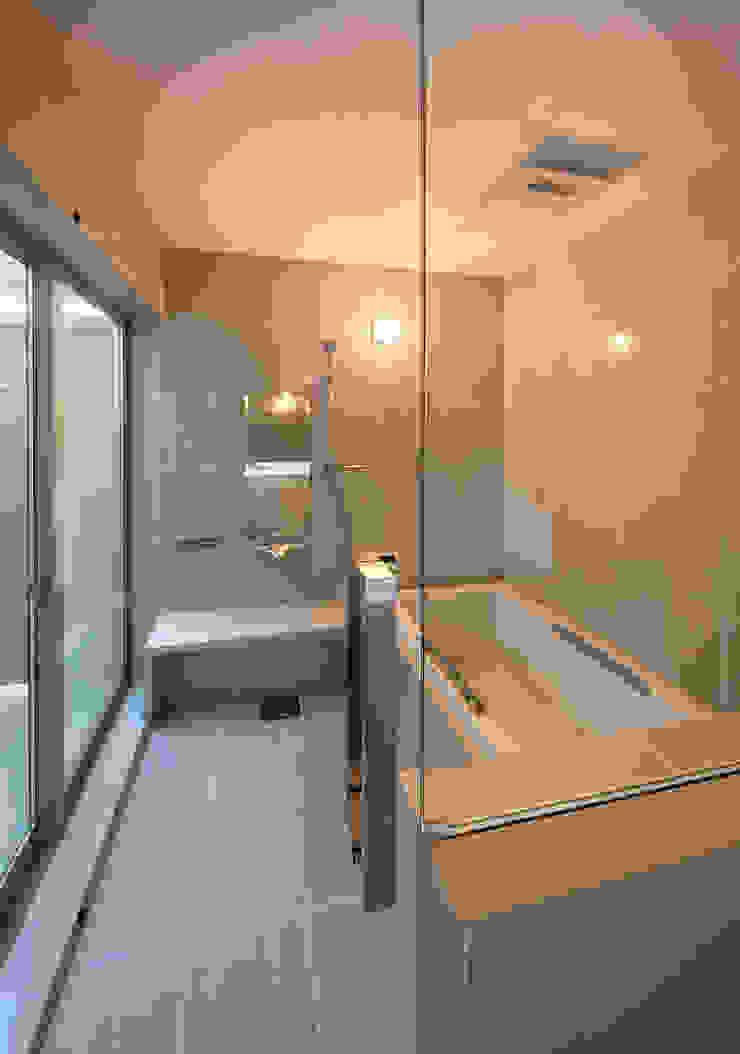 権常寺の家 浴室 モダンスタイルの お風呂 の Atelier Square モダン タイル
