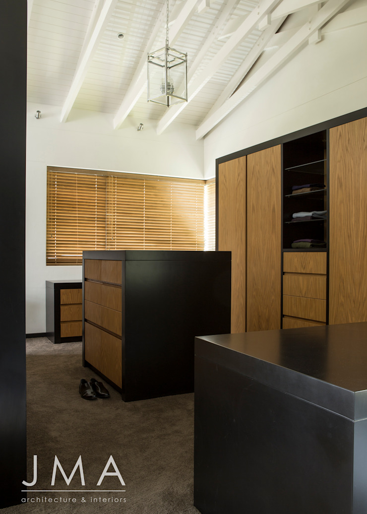 Welgedacht Villa - Dressing Room Modern dressing room by Jenny Mills Architects Modern