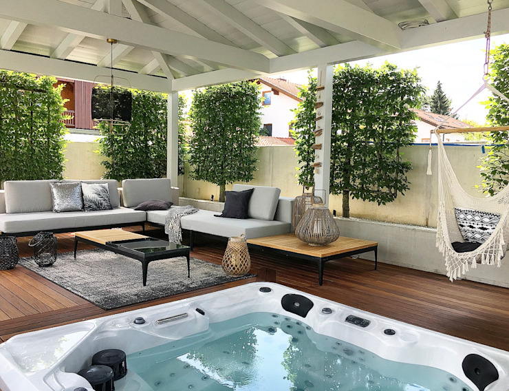 Lounge with jacuzzi Langmayer Immobilien & Home Staging Whirlpools Holz