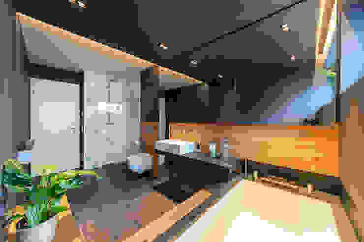 Wood and Slate Phòng tắm phong cách hiện đại bởi Vivante Hiện đại