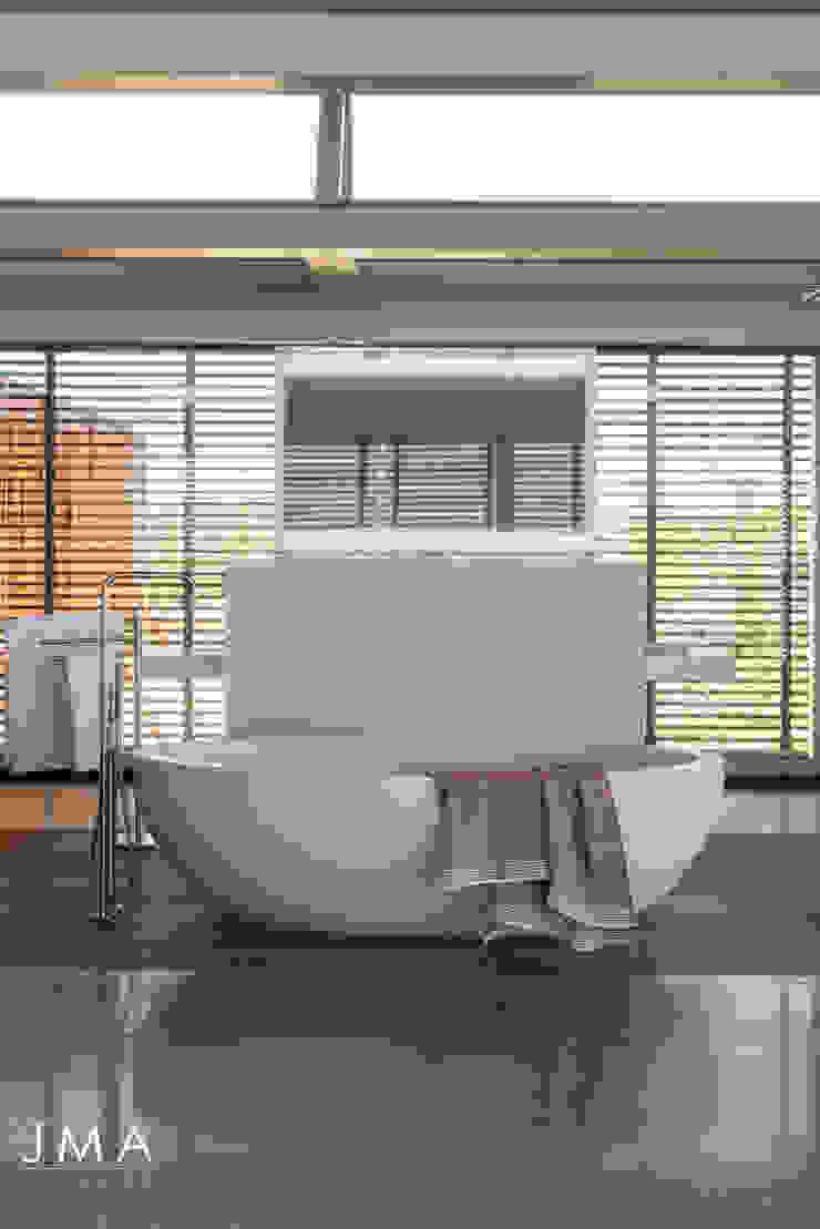 Beachside Retreat - En-suite Modern bathroom by Jenny Mills Architects Modern