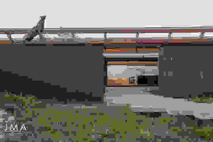 Beachside Retreat - Entrance by Jenny Mills Architects Modern