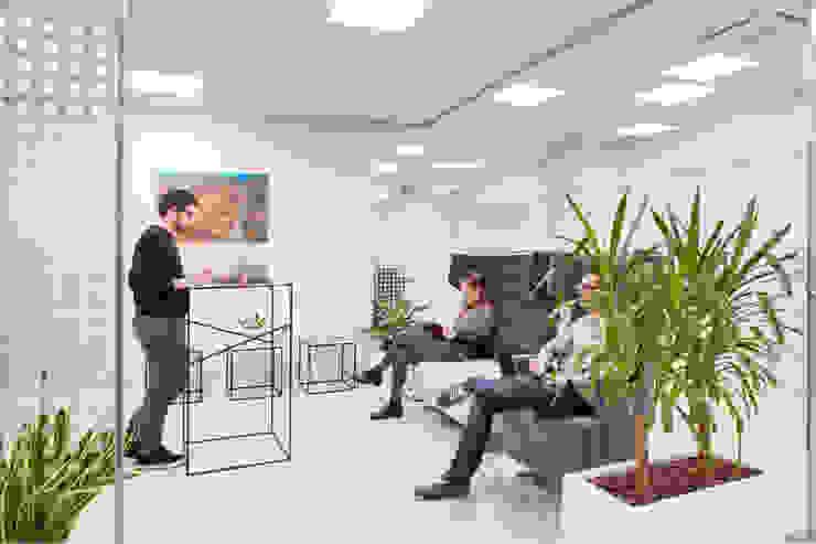 Lounge room secondaria Complesso d'uffici moderni di Studio Dalla Vecchia Architetti Moderno