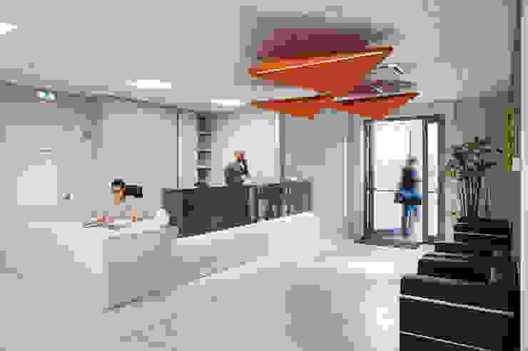 L'ingresso principale Complesso d'uffici moderni di Studio Dalla Vecchia Architetti Moderno