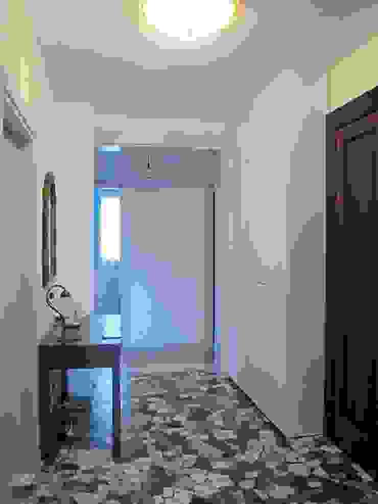 L'ingresso Studio Dalla Vecchia Architetti Ingresso, Corridoio & Scale in stile classico Variopinto