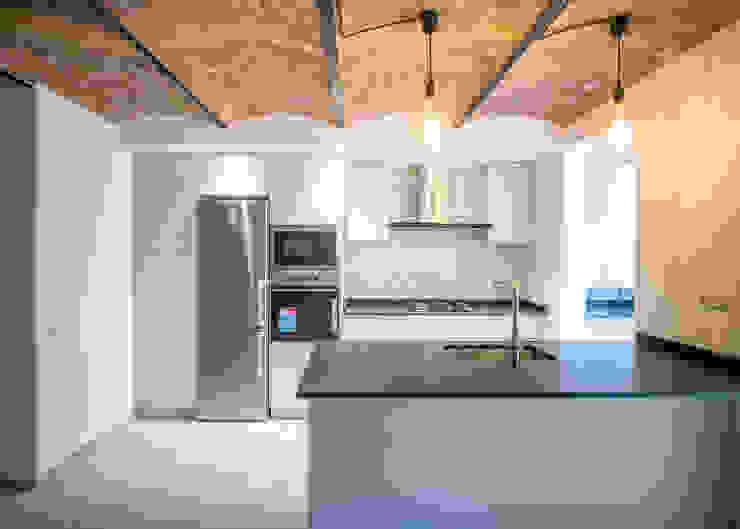 Cocina abierta de Grupo Inventia Moderno Compuestos de madera y plástico
