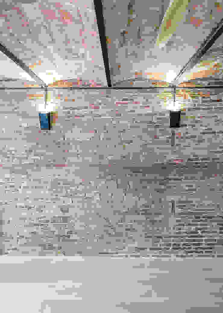 Pared y techo de ladrillo visto Comedores de estilo moderno de Grupo Inventia Moderno Ladrillos