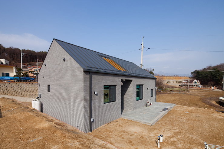 고급스러움과 간결함의 벽돌단층집, 양평 전원주택 by 위드하임 모던 벽돌