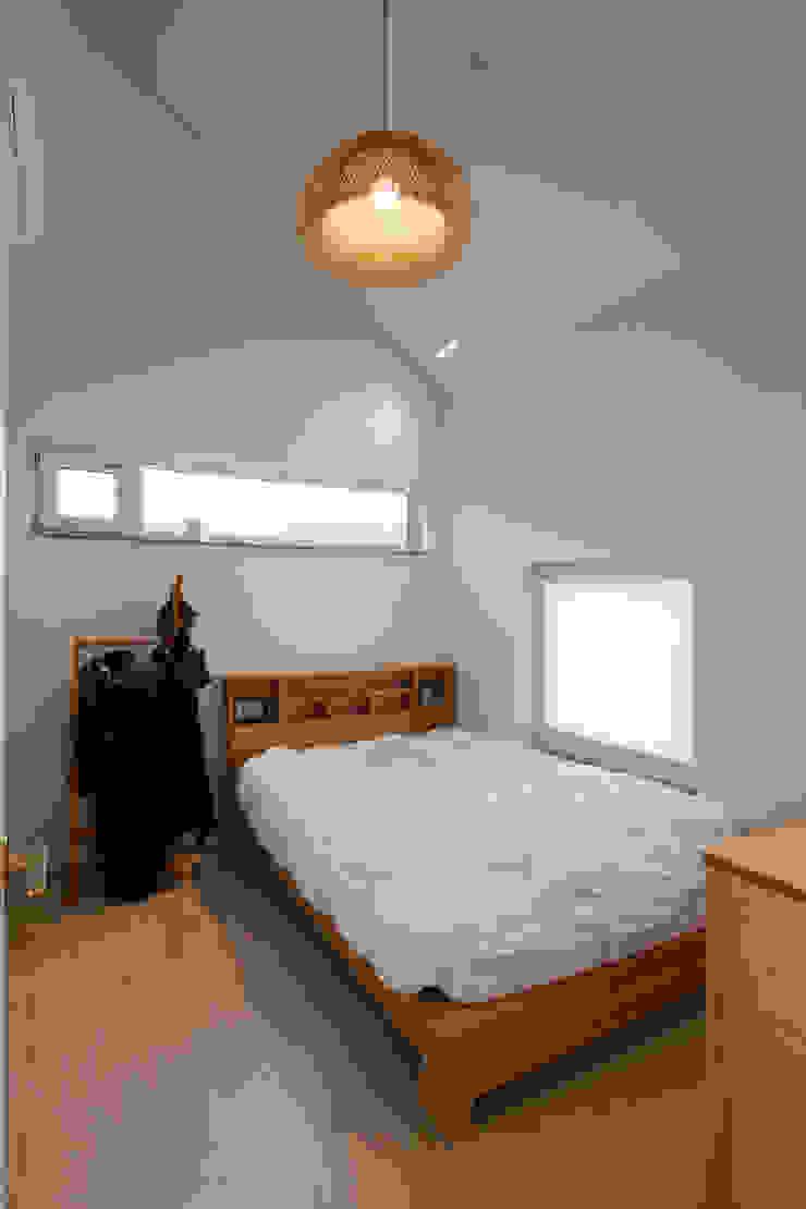 화이트 & 우드의 조화로 자연친화적인 느낌을 주는 내부 인테리어 모던스타일 침실 by 위드하임 모던