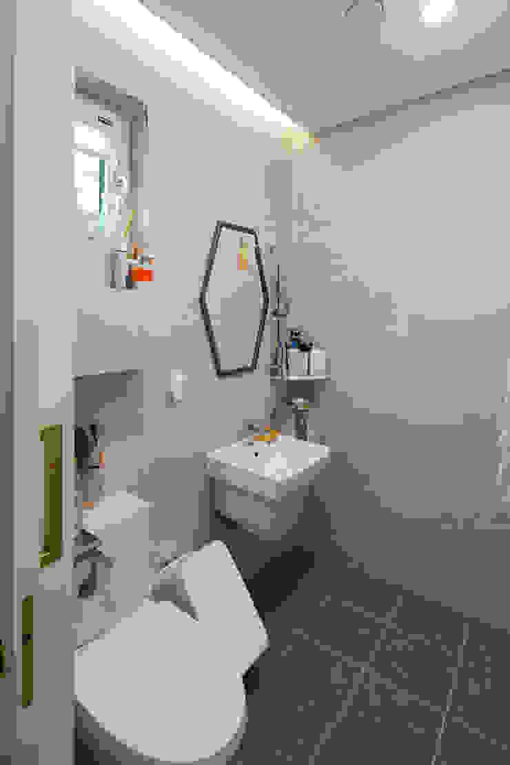 화이트 & 우드의 조화로 자연친화적인 느낌을 주는 내부 인테리어 모던스타일 욕실 by 위드하임 모던