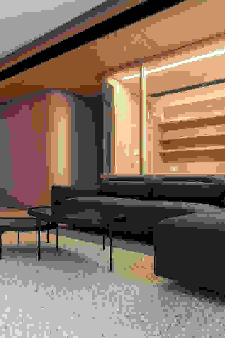 MW's RESIDENCE Minimalist living room by arctitudesign Minimalist