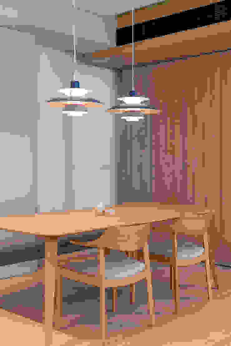MW's RESIDENCE Minimalist dining room by arctitudesign Minimalist