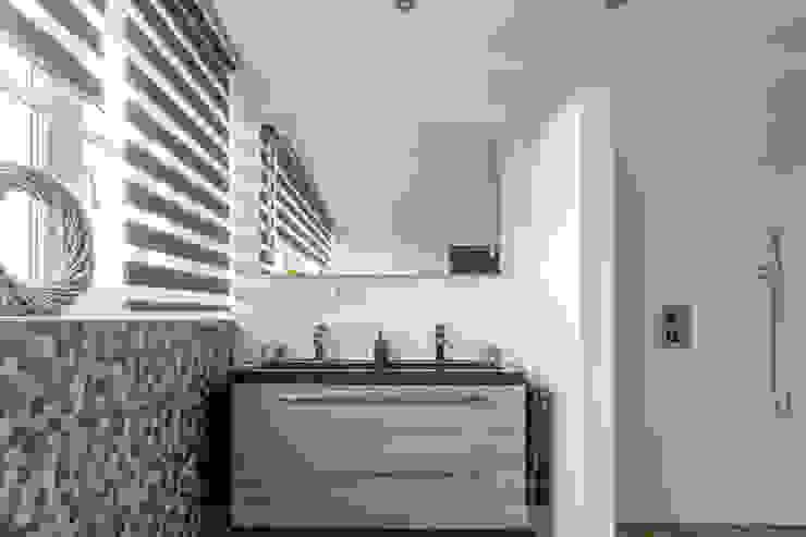 Badkamermeubel met een natuurstenen wastafel: modern  door Maxaro, Modern Graniet