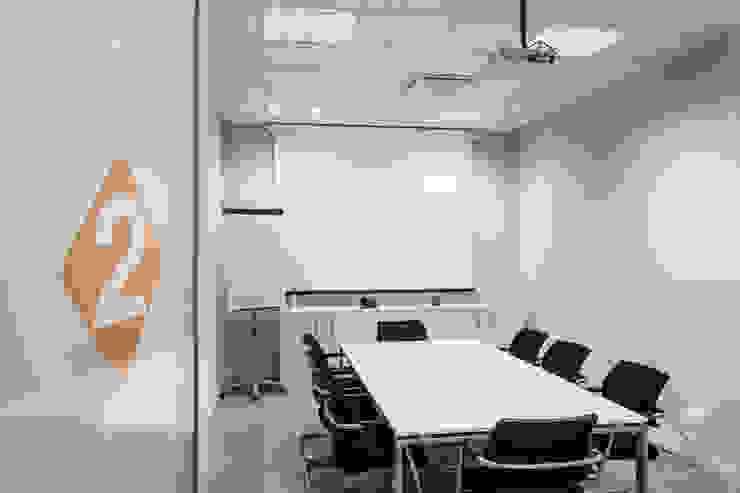 Una delle sale riunioni Complesso d'uffici moderni di Studio Dalla Vecchia Architetti Moderno