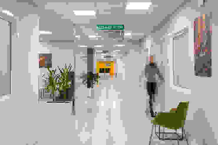 I corridoi Complesso d'uffici moderni di Studio Dalla Vecchia Architetti Moderno