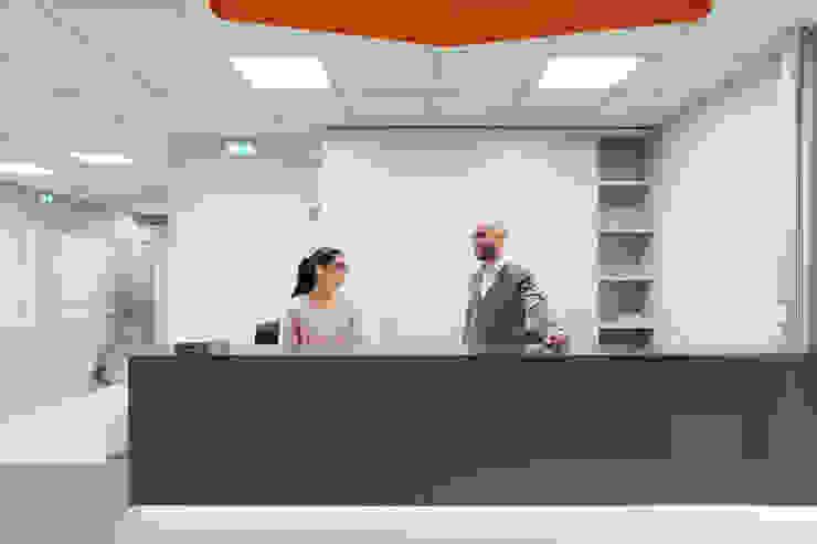 Il bancone di ingresso Studio Dalla Vecchia Architetti Complesso d'uffici moderni