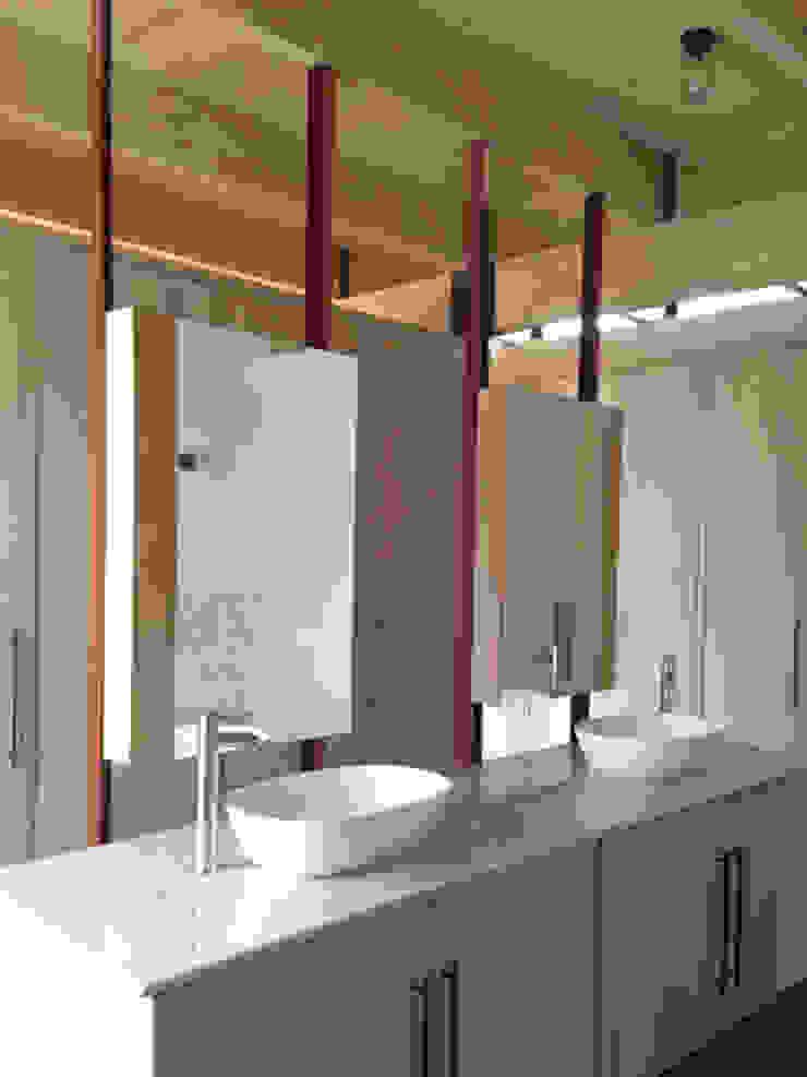 BRICK HOUSE Modern bathroom by Douglas & Company Architects Modern