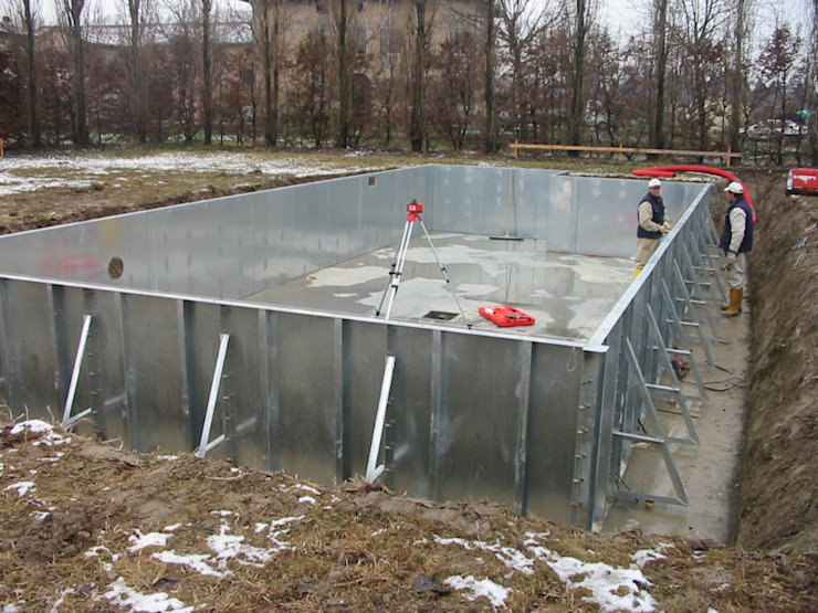 La piscina in costruzione Simona Muzzi Architetto Giardino con piscina Ferro / Acciaio