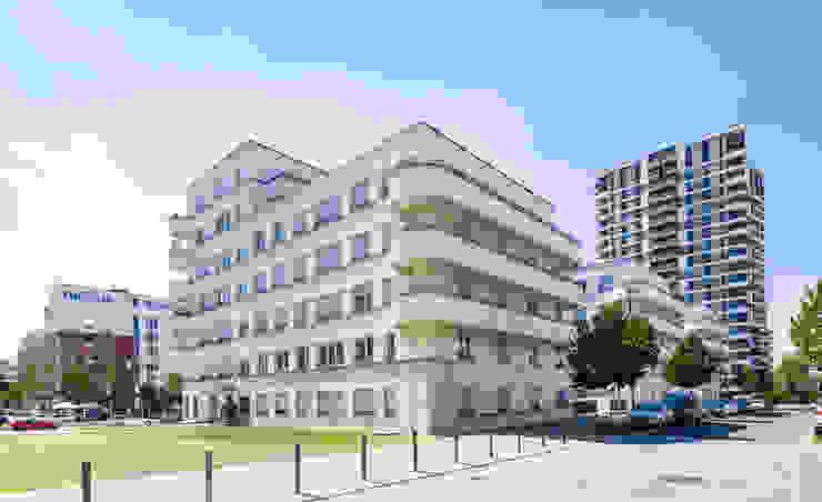 Immobilienfotografie, Wohnanlagen Innenstadt Frankfurt Udo Geisler Photographie Mehrfamilienhaus Beton Weiß