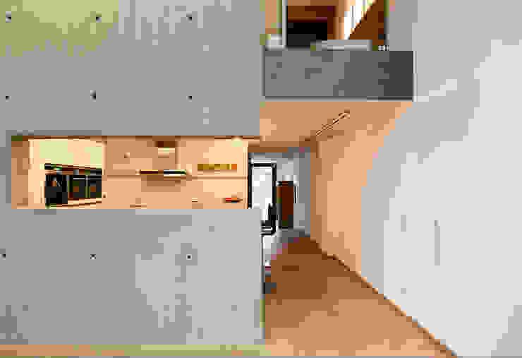 Küche und Durchgang zum Wohnbereich von Elke Schmidt Fotografie Industrial Beton
