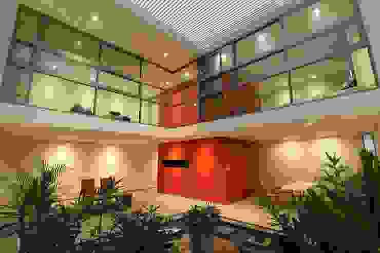 ventanas de piso a techo TCo ARQUITECTOS Puertas y ventanas modernas Aluminio/Cinc Acabado en madera
