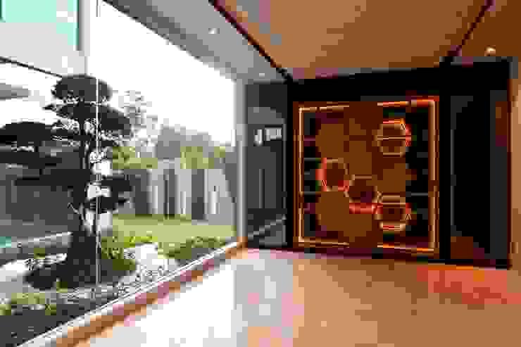DOUBLE STOREY HOUSE @ BANDAR KINRARA, PUCHONG MDD DESIGN SDN BHD Modern corridor, hallway & stairs