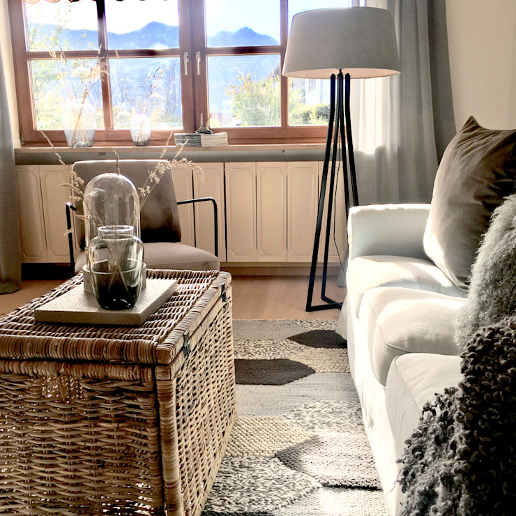 home staging eines Landhauses für den Verkauf - Kochel am See Wohnzimmer im Landhausstil von Münchner home staging Agentur GESCHKA Landhaus