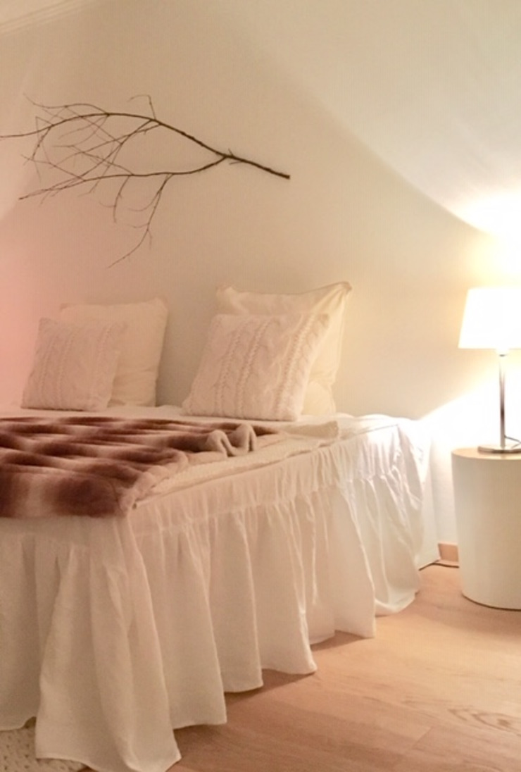 Münchner home staging Agentur GESCHKA Country style bedroom White